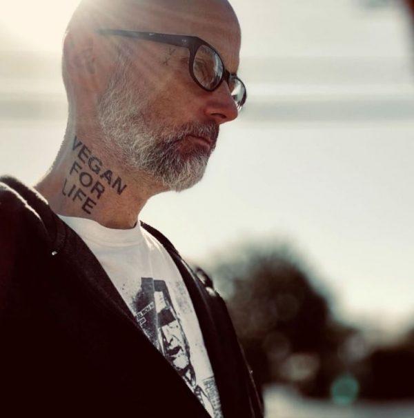 Το νέο Vegan Tattoo του Moby και η μακροχρόνια συνεισφορά του στο βιγκανισμό