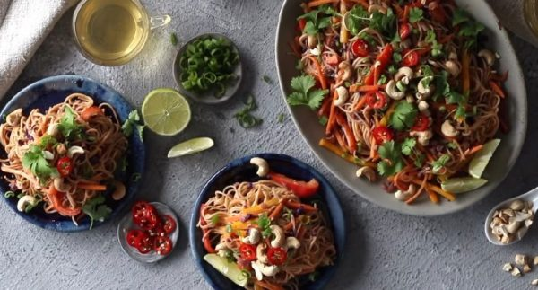 Noodles Λαχανικά Stir-fry με Φυστικοβούτυρο και Λάιμ Σως