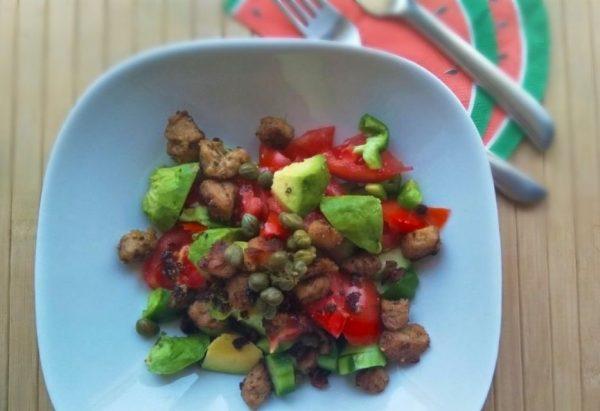 Vegan Ελληνική Σαλάτα με Κεμπάπ Σόγιας βίγκαν_συνταγή