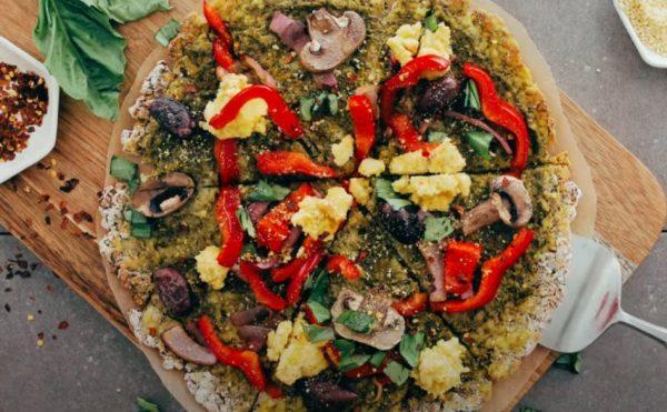 Vegan Pizza με βάση ζύμη κουνουπίδι βίγκαν συνταγή