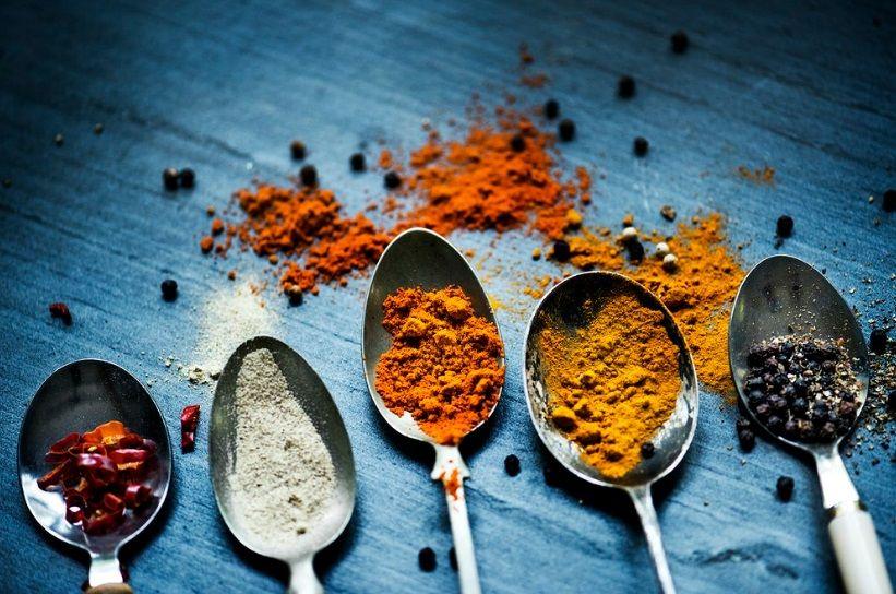 Τρόφιμα που μπορούν να βοηθήσουν την ψυχική υγεία μπαχαρικά