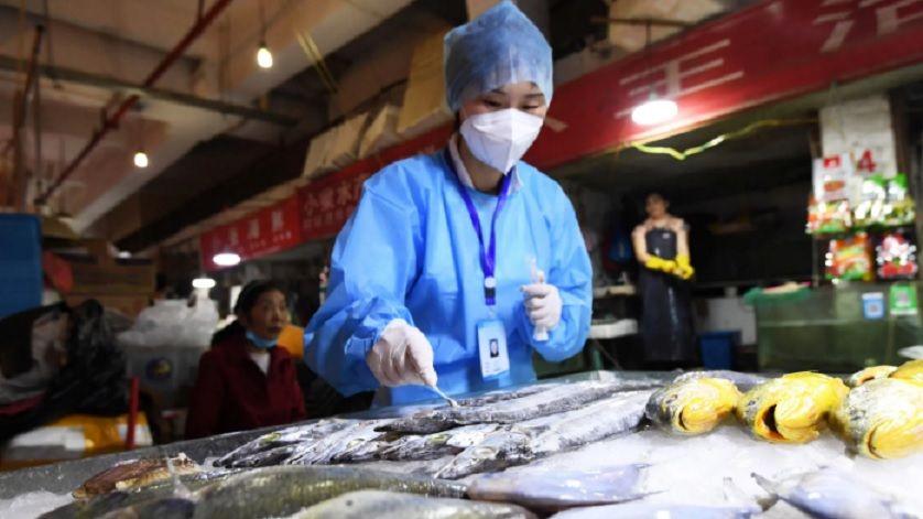 Εντοπίστηκαν στη Κίνα συσκευασίες κρέατος και θαλασσινών με ενεργό κορονοϊό