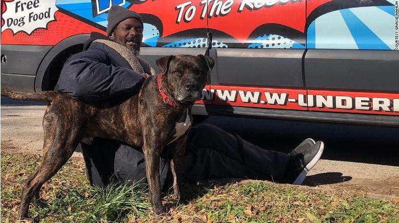 Άστεγος σώζει γάτες και σκύλους από φωτιά σε καταφύγιο ζώων