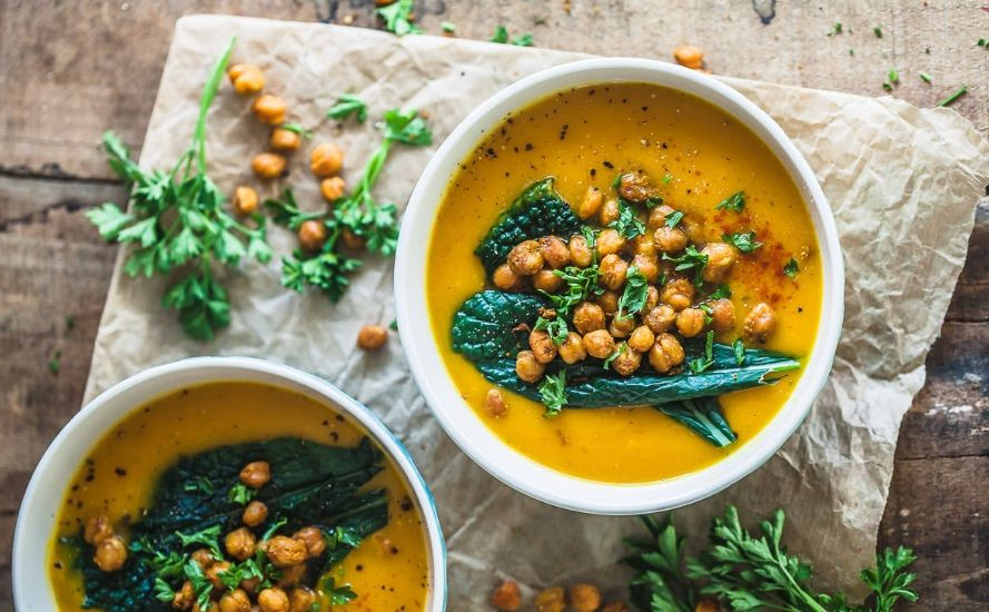 Κρεμώδης vegan σούπα κολοκύθας με τραγανά ψητά ρεβύθια