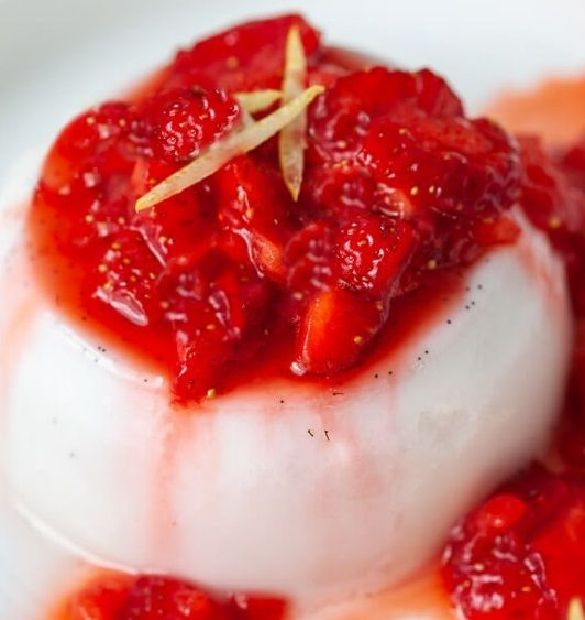 Vegan Πανακότα (Panna Cotta) Καρύδα με σιρόπι μαρμελάδα φράουλας συνταγή γλυκό