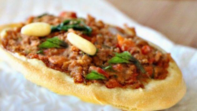 Vegan Λαχματζούν με κιμά σόγιας τούρκικη πίτσα